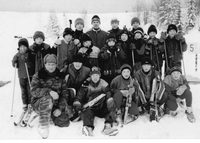2002 г. Владимир Глазырин с воспитанникамина  биатлонном стрельбище