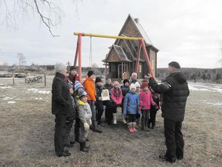 Александр Рязанов общается с детьми  из Сухоборской школы
