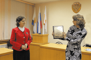 Представитель РайПО В.Л. Кротова получает награду в номинации  «Лучшее предприятие общественного питания»