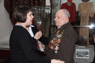 И.В. Желвакова от имени Президента РФ вручает награду В. А. Лихачеву