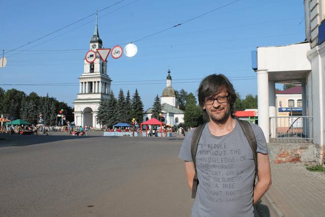 Алексей Ивакин на редакционном крыльце. Принт на футболке: «Люди, не знающие своего прошлого, подобны деревьям без корней»