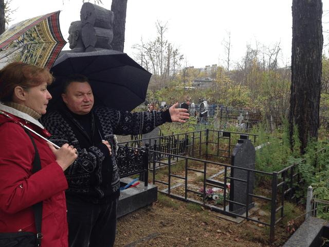 Т.С. Минаева и С.М. Бушмакин  на Вологодском кладбище г. Архангельска
