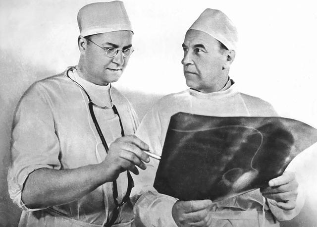 Академик Е.Н. Мешалкин (слева) и академик А.Н. Бакулев