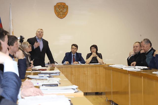 Депутатов информирует  заместитель директора по развитию  компании «Движение-Нефтепродукт»  А.В. Чирков