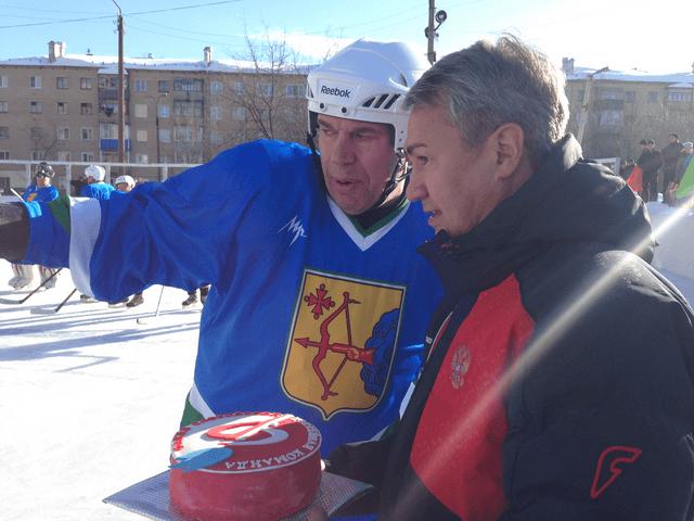 капитан сборной ветеранов Владимир Климов (слева)