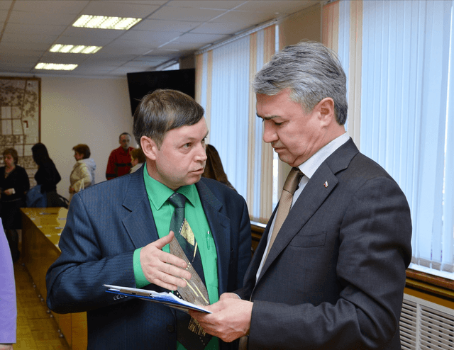 Рахим Азимов с депутатом Слободской городской Думы М.И. Лучихиным обсуждают вопрос