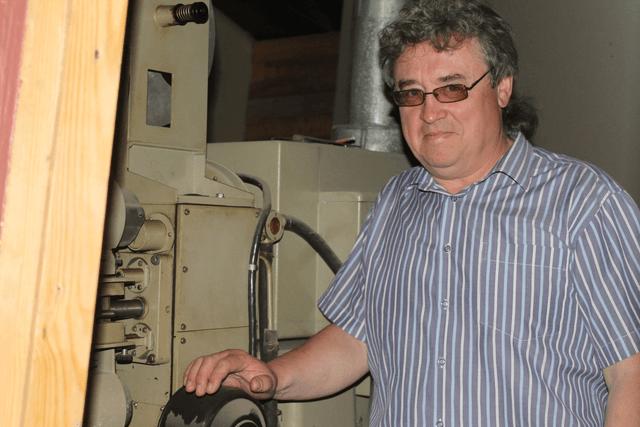 О.Ю. Осетров возле старой киноустановки