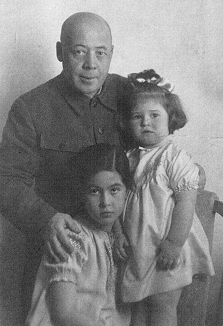А. Н. Поскребышев  с дочерями Галей и Наташей.