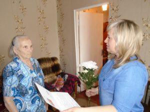 Глава Первомайского микрорайона и Слободской Совет ветеранов поздравили слобожанку с 95-летием