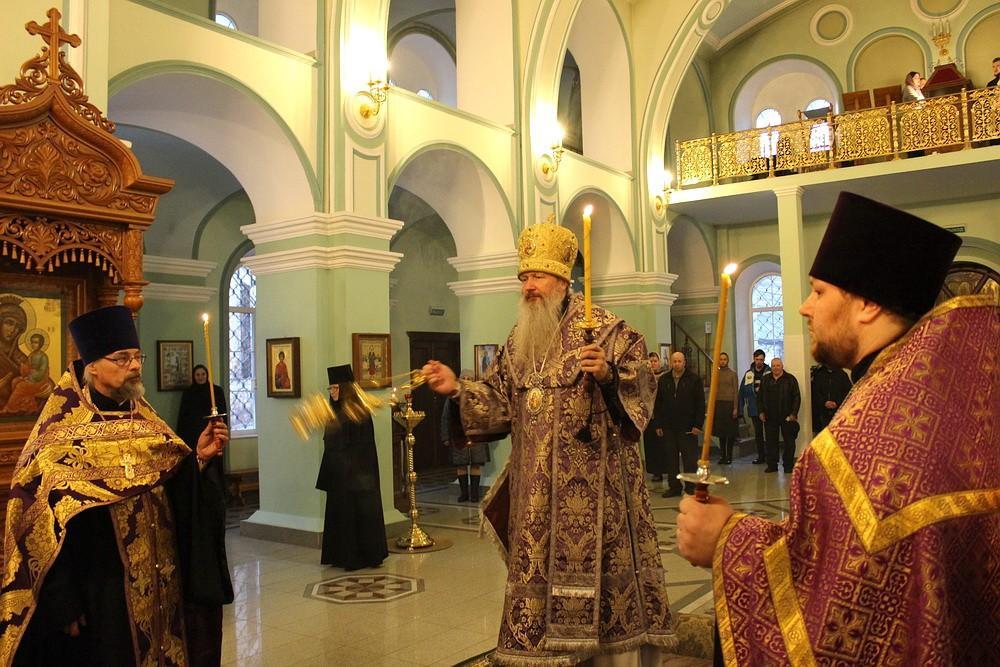 Митрополит Марк совершил акафист Страстям Христовым в Христорождественском монастыре города Слободского
