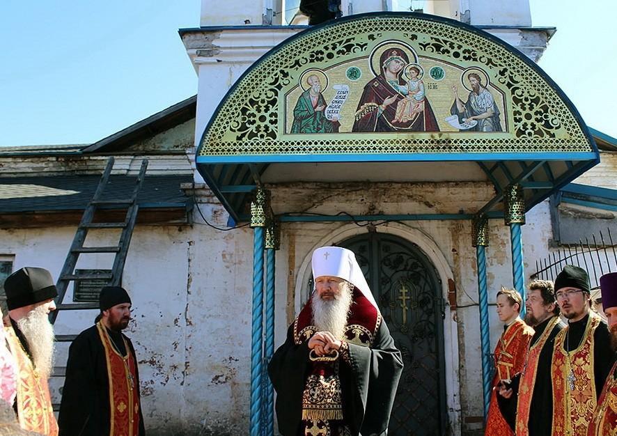 Освящена икона над главным входом в храм в честь Божией Матери «В скорбех и печалех Утешение» города Слободского